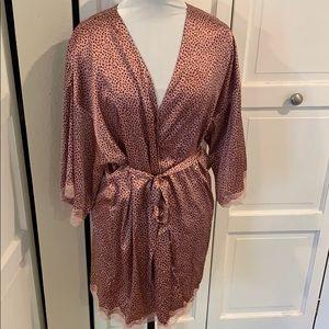 Satin robe. Victoria's Secret. Pink leopard print